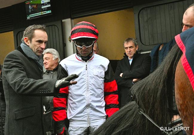 ©JLL-LeTROT  Jean-Michel Bazire dans le costume d'entraîneur et Éric Raffin dans celui de pilote