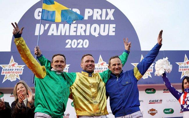 Les trois premiers du Prix d'Amérique sur le podium des vainqueurs.