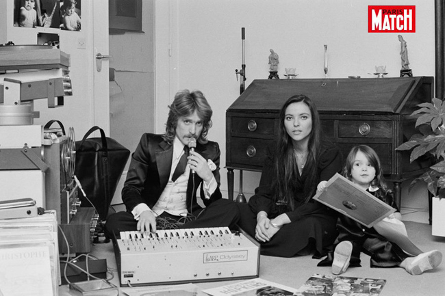 Christophe-chez-lui-avec-son-epouse-Veronique-et-leur-fille-Lucie-en-fevrier-1974